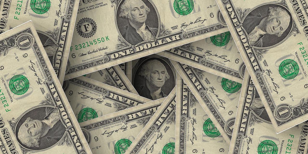 notas de dólar espalhadas em círculo