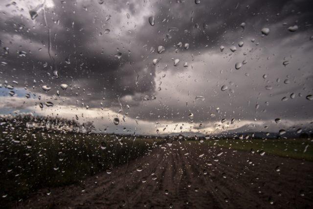 vidro de carro embaçado após chuva, previsão do tempo