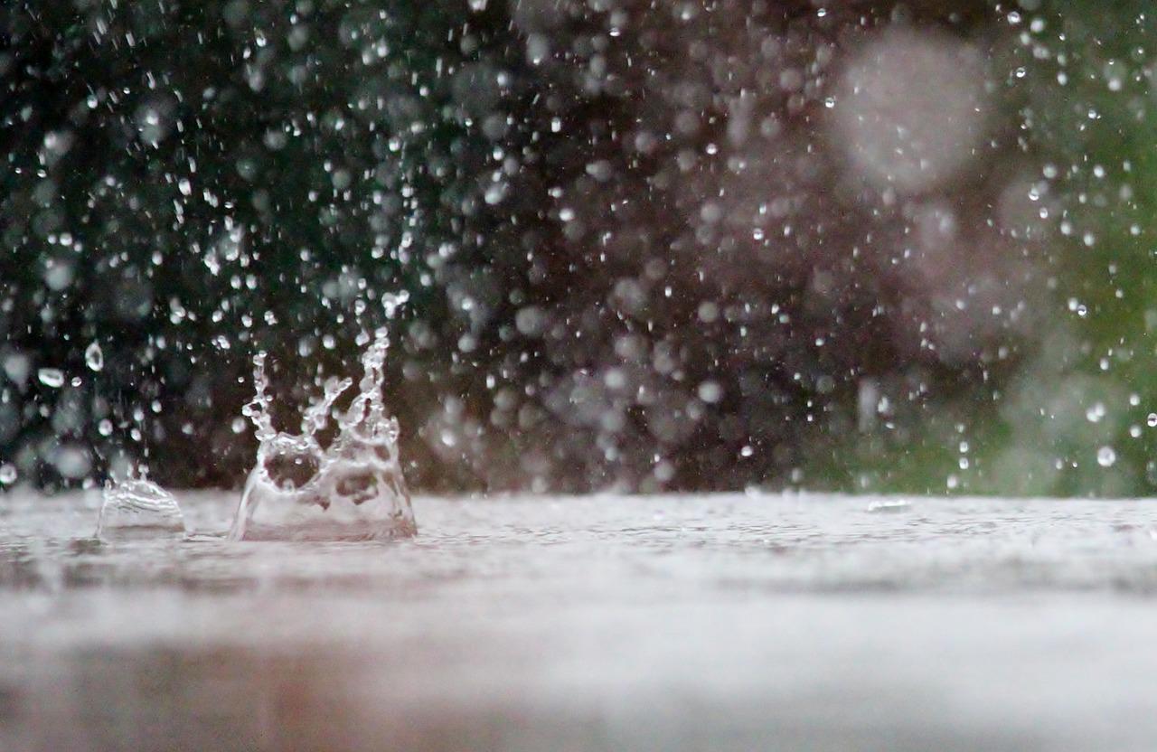gota de chuva caindo