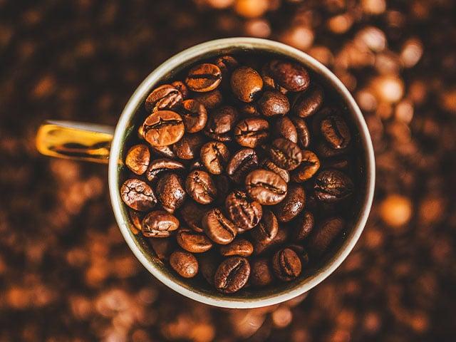 Preço dos alimentos segue em alta no Brasil; café sobe 84% em 12 meses